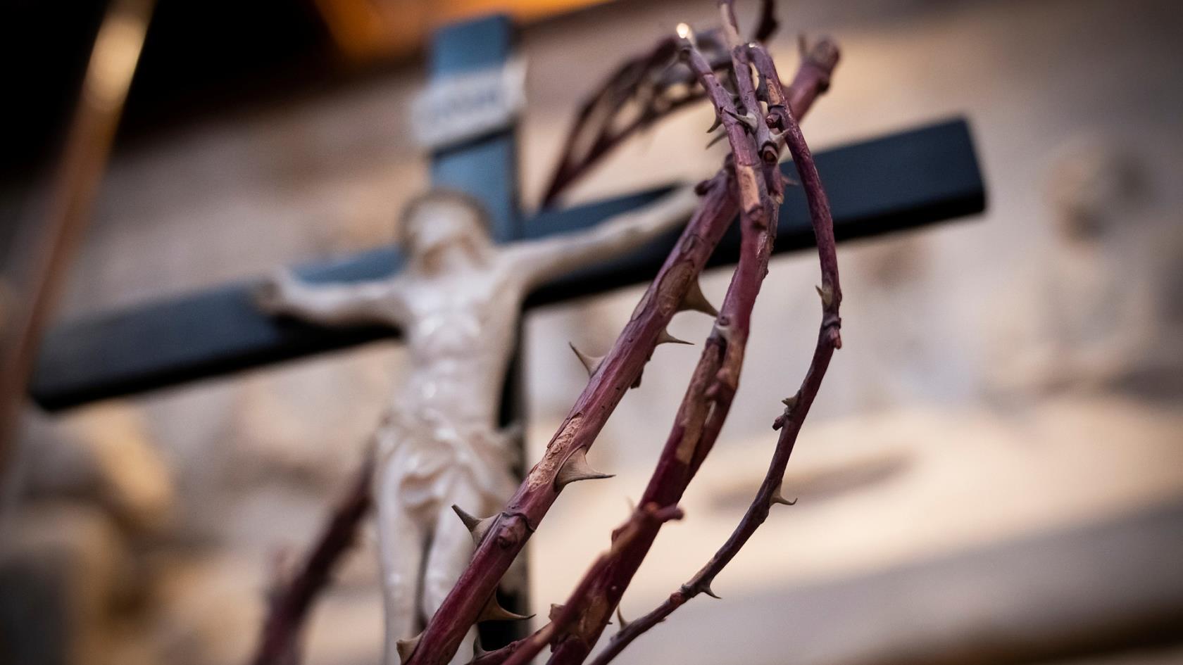 Bild på krucifix och törnekrona