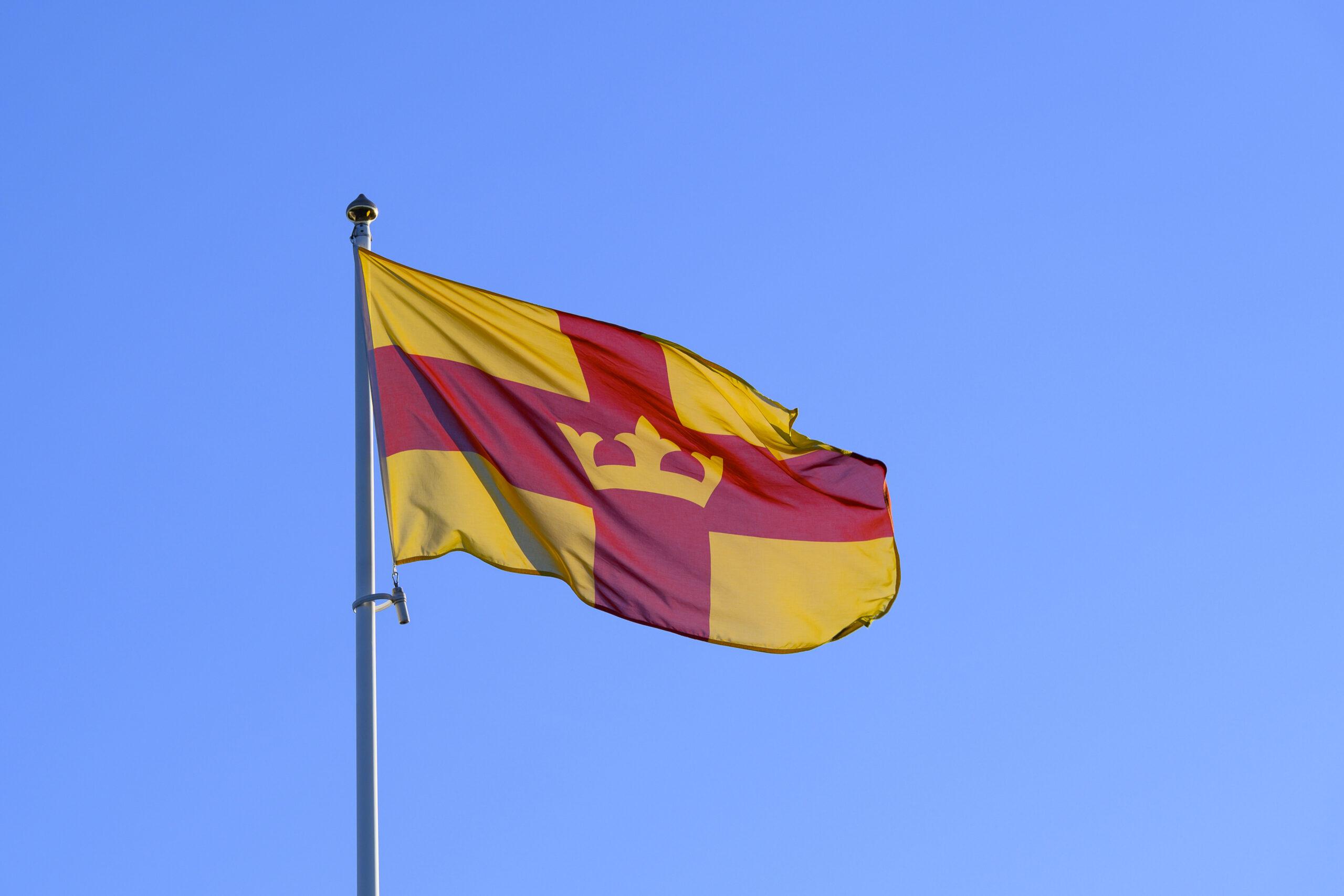 Svenska kyrkans flagga mot blå himmel