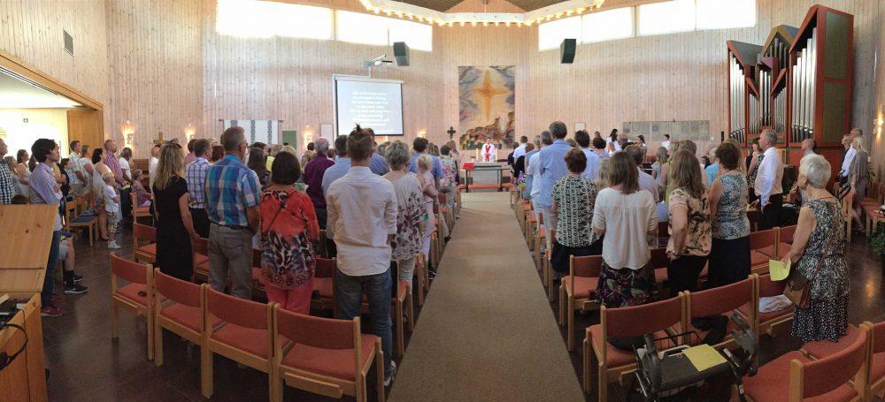 Panoramabild över Sörbykyrkans kyrksal vid konfirmationsgudstjänst