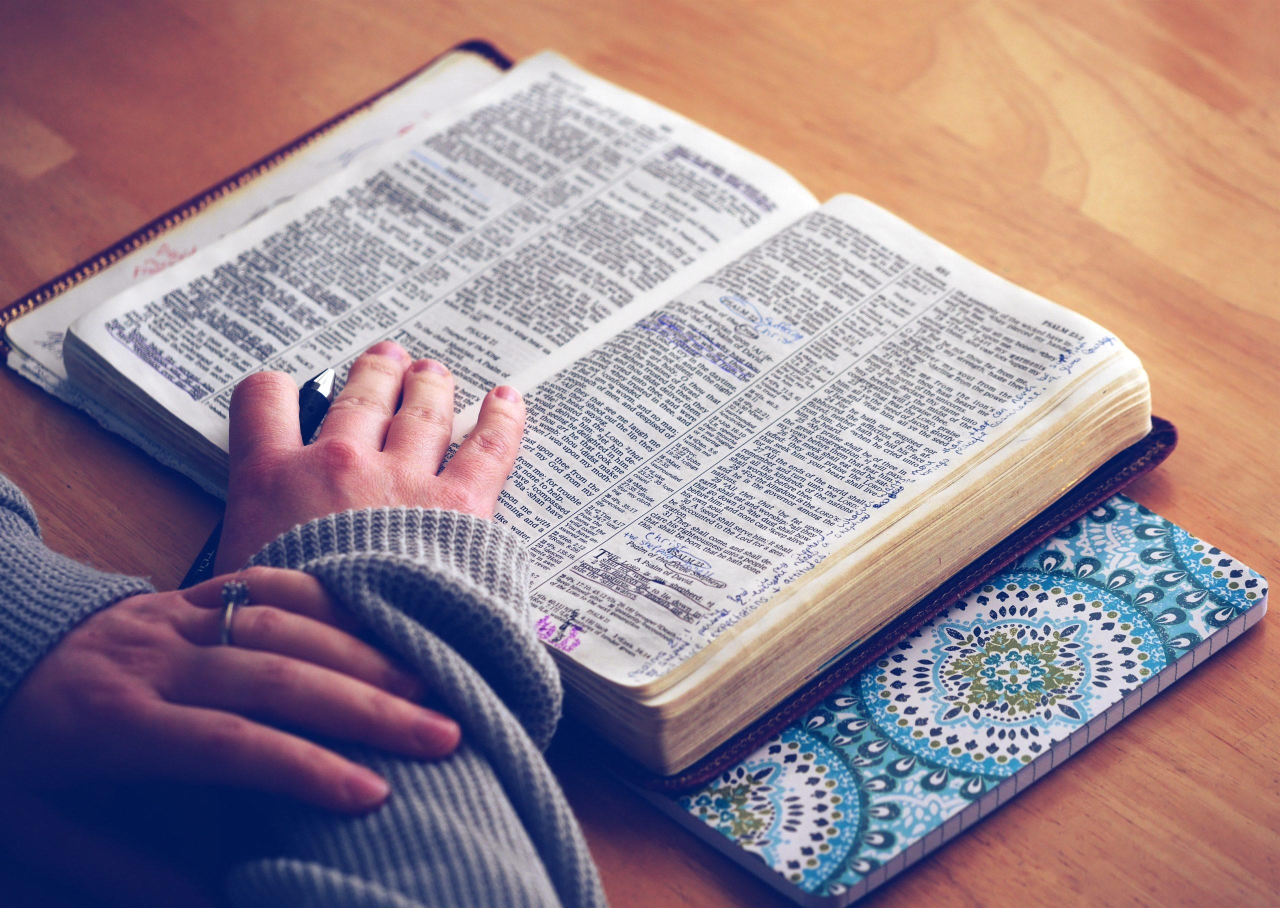 Bibel med många understrykningar