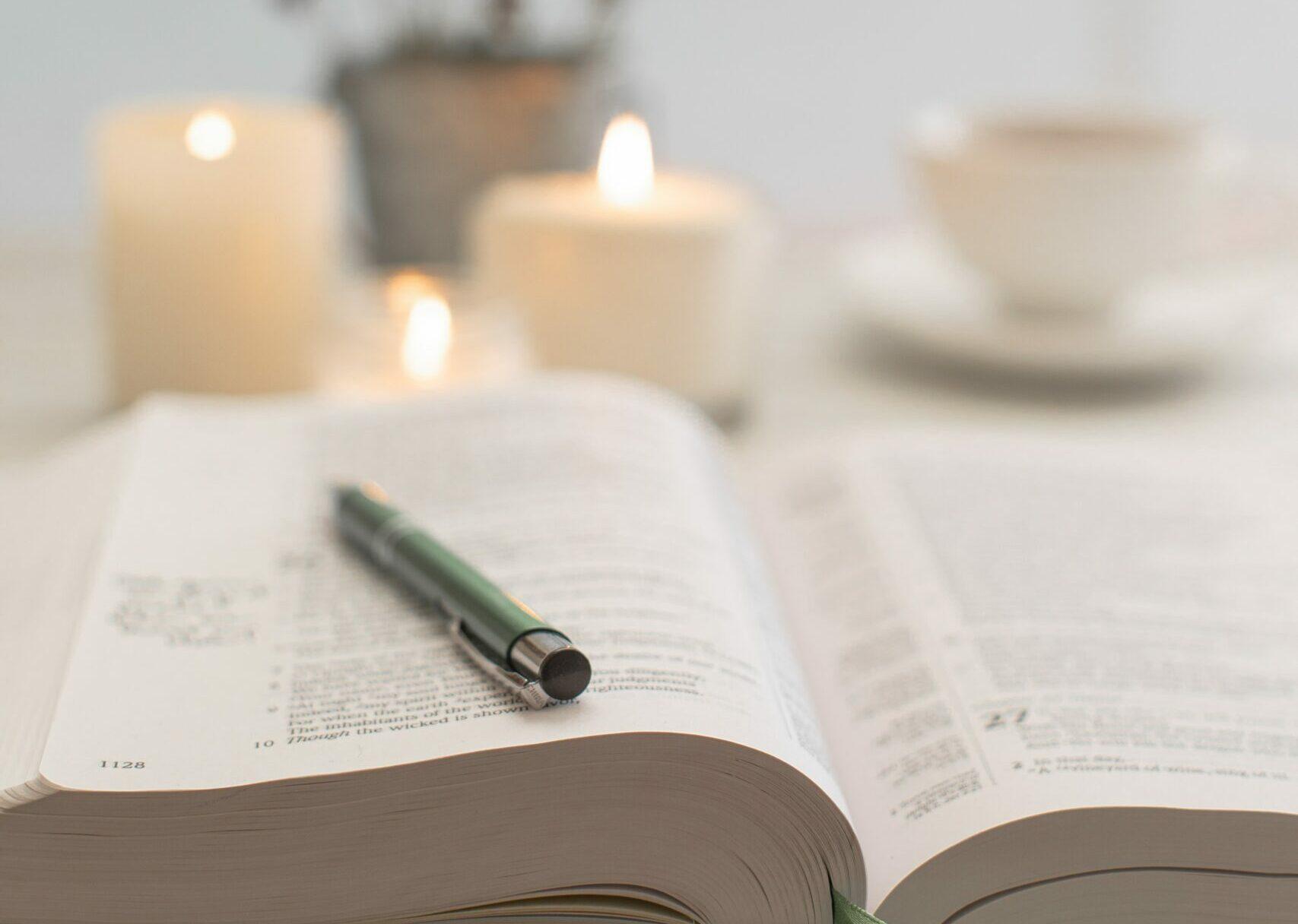 Uppslagen Bibel på fikabord