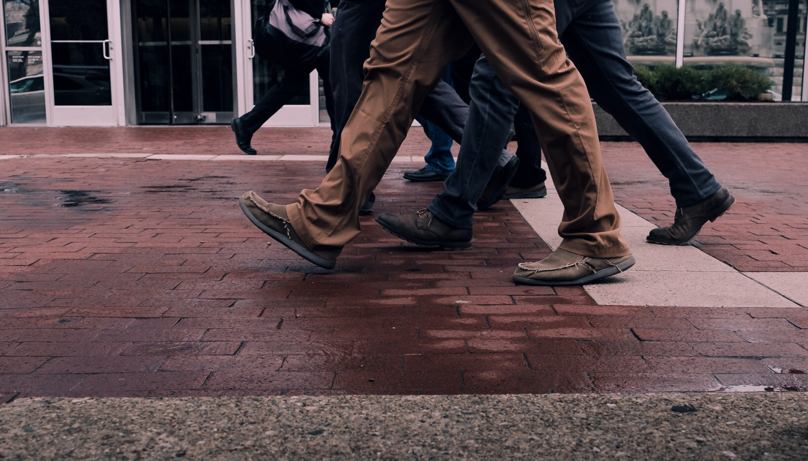 Fötter på en gata