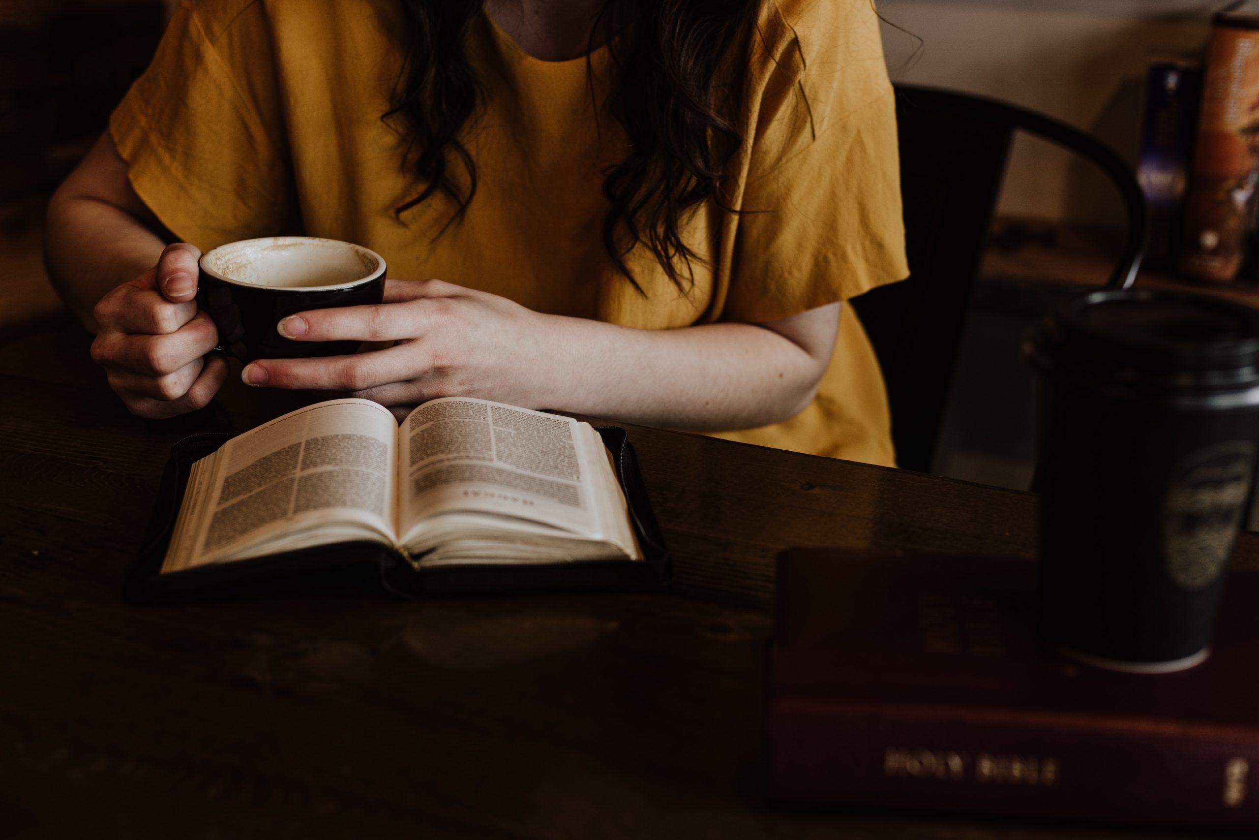 Kvinna läser Bibeln